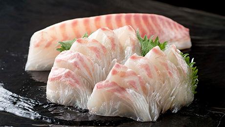 身がしまってぷりぷりだぁ!やっぱりお刺身が一番ウキ 今夜はイズミヤの「とれとれ真鯛」でお刺身を食べたいっキー!
