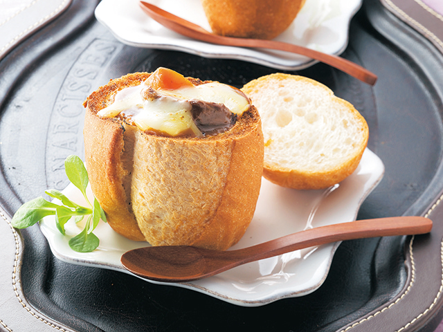 パンの器でビーフシチューの完成写真